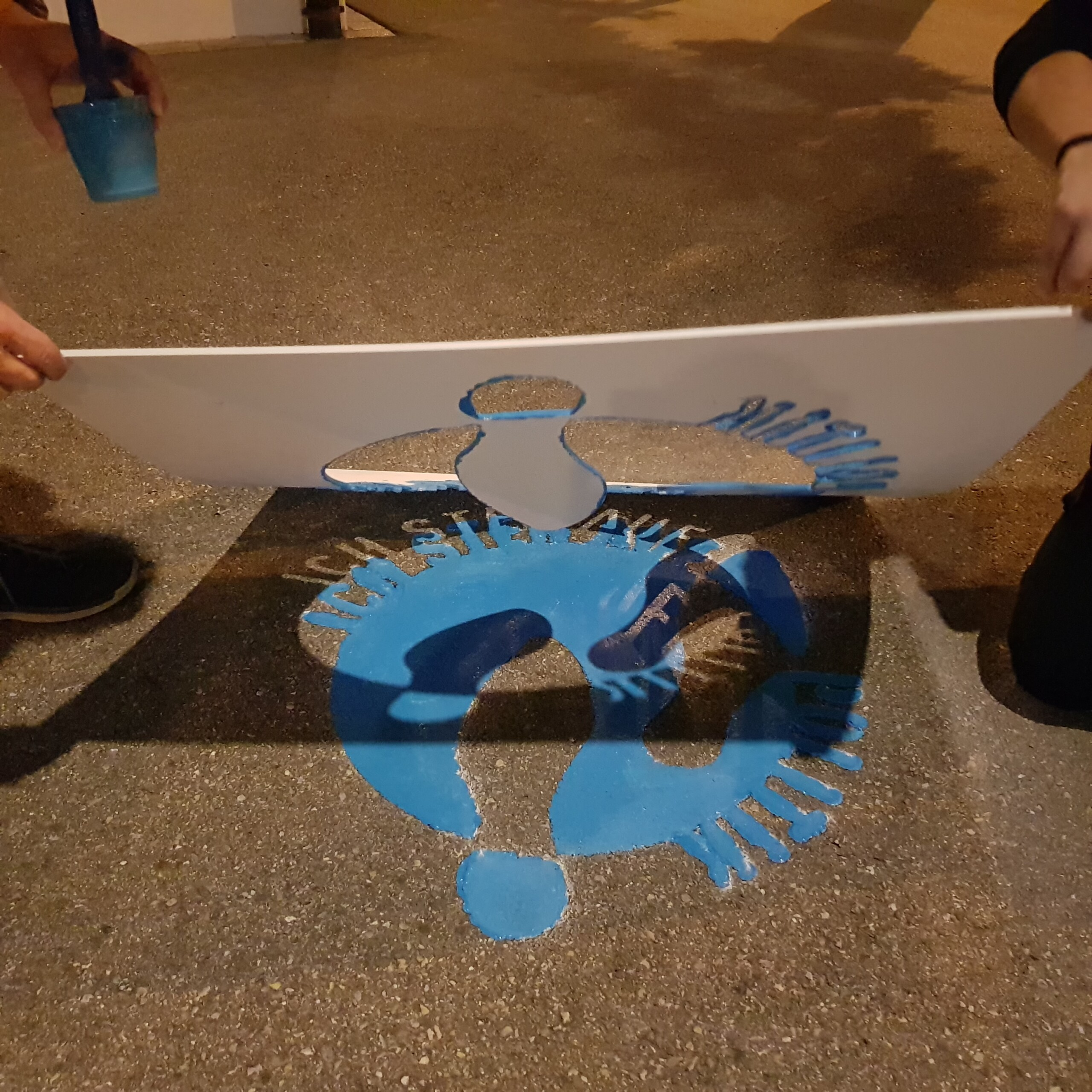 Die Schablone wird vom Logo auf dem Boden entfernt.